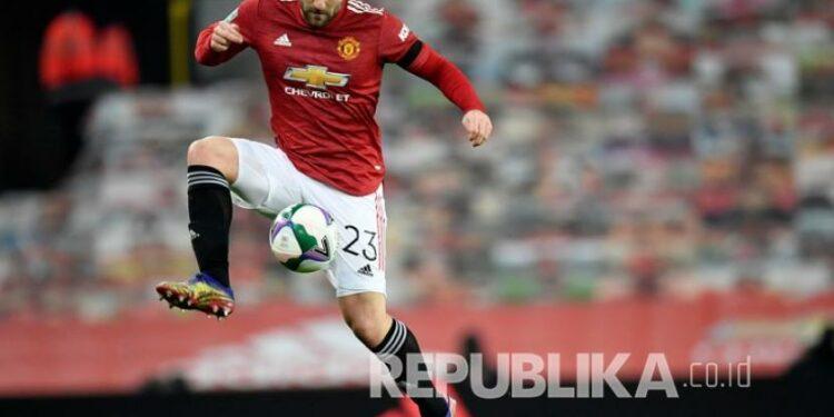 Pemain Manchester United Luke Shaw mengontrol bola pada pertandingan sepak bola semifinal Piala Liga Inggris antara Manchester United dan Manchester City di Old Trafford di Manchester, Inggris, Kamis (7/1) dini hari WIB.
