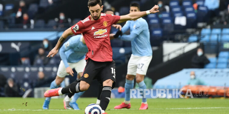 Bruno Fernandes mencetak gol ke gawang City pada laga Manchester City bs Manchester United di Etihad Stadium, Manchester, Ahad (7/3).