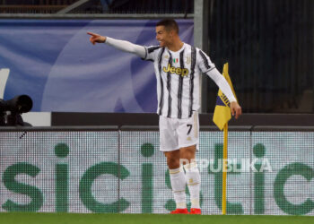 Cristiano Ronaldo dari Juventus merayakan setelah mencetak keunggulan 1-0 selama pertandingan sepak bola Serie A Italia antara Hellas Verona FC dan Juventus FC di stadion Marcantonio Bentegodi di Verona, Italia, 27 Februari 2021.