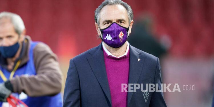 Pelatih Fiorentina Cesare Prandelli menyaksikan sebelum pertandingan sepak bola Serie A Italia Benevento Calcio vs ACF Fiorentina di stadion Ciro Vigorito di Benevento, Italia, 13 Maret 2021.