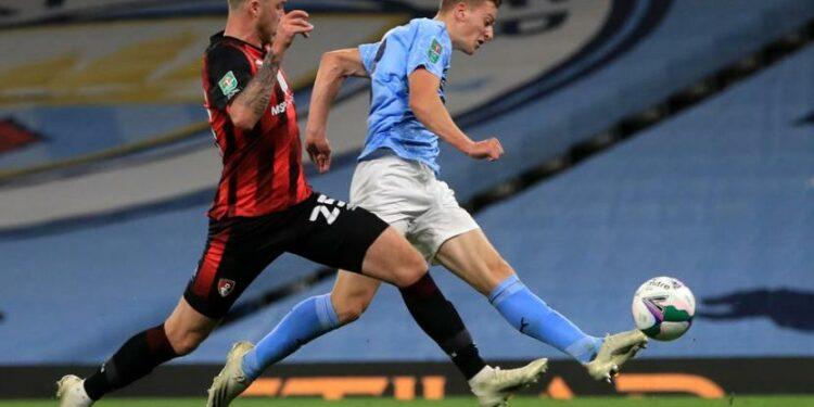 Liam Delap (Kanan), mencetak gol pada laga debutnya bersama Manchester City.