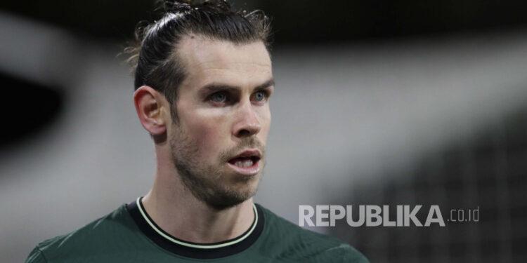 Tottenham Gareth Bale pergi setelah diganti selama pertandingan sepak bola Liga Premier Inggris antara Fulham v Tottenham Hotspur di stadion Craven Cottage di London, Kamis, 4 Maret 2021.