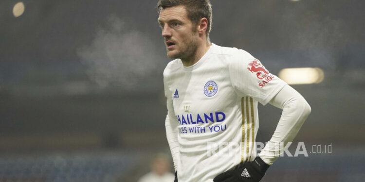 Jamie Vardy dari Leicester City menyaksikan pertandingan sepak bola Liga Premier Inggris antara Burnley dan Leicester City di stadion Turf Moor di Burnley, Inggris, Rabu, 3 Maret 2021.