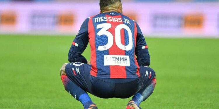 Striker Crotone, Junior Messias pada akhir laga melawan Bologna pada laga Serie A di Stadion Ezio Scida, Sabtu (20/3). Sempat unggul dua gol, Crotone akhirnya kalah 2-3.