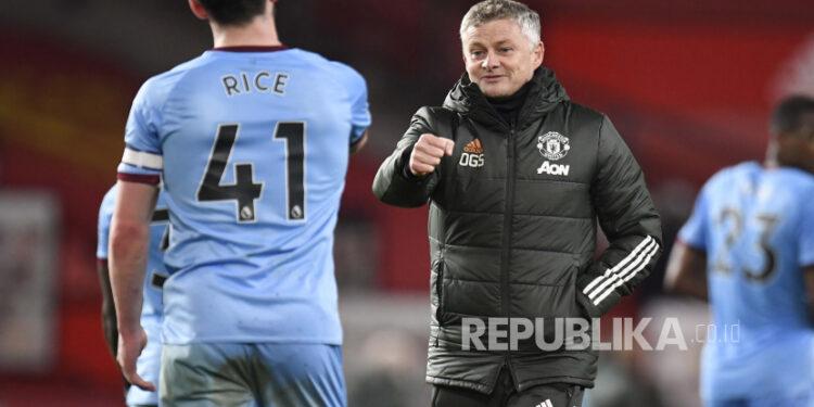 Manajer Manchester United Ole Gunnar Solskjaer, kanan, menunjuk ke Declan Rice dari West Ham usai pertandingan sepak bola Liga Utama Inggris antara Manchester United dan West Ham United di Old Trafford, Manchester, Inggris, Minggu, Maret. 14, 2021.