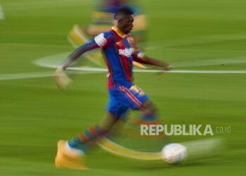 Striker FC Barcelona Ousmane Dembele beraksi saat pertandingan sepak bola LaLiga Spanyol antara FC Barcelona melawan Real Betis yang digelar di stadion Camp Nou di Barcelona, ??Spanyol, 07 November 2020.