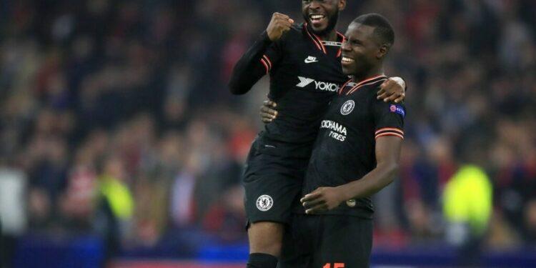 Pemain Chelsea Kurt Zouma (kanan) dan pemain Chelsea Fikayo Tomori merayakan kemenangan grup H Liga Champions antara Ajak melawan Chelsea di Amsterdam, Kamis (24/10).
