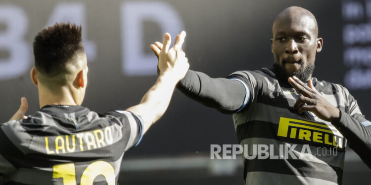 Duet striker Inter Milan, Romelu Lukaku dan Lautaro Martinez (kiri).
