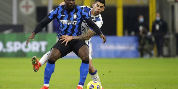 Pemain Inter Milan Romelu Lukaku (depan) berusaha mengontrol bola dibayangi pemain Atalanta Cristian Romero  dalam lanjutan Serie A Liga Italia di Stadion San Siro, Milan, Selasa (9/3) dini hari WIB.