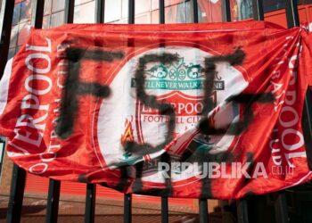 Sebuah spanduk terlihat di luar Stadion Anfield Liverpool yang memprotes pembentukan Liga Super Eropa, Liverpool, Inggris, Senin (19/4).