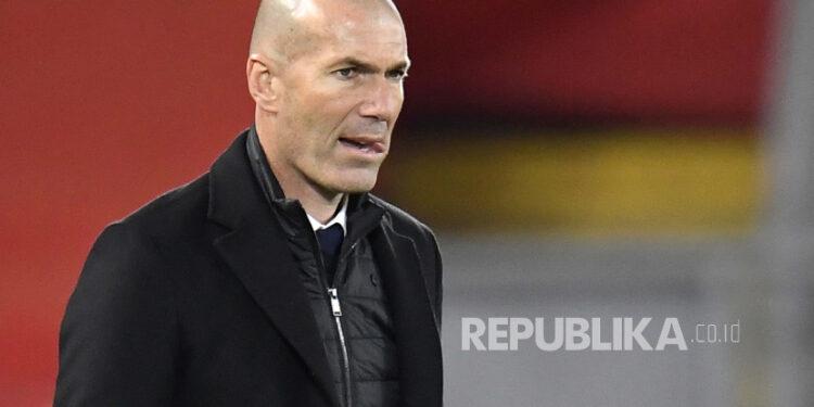 Reaksi pelatih kepala Real Madrid Zinedine Zidane saat pertandingan perempat final Liga Champions UEFA, pertandingan sepak bola leg kedua antara Liverpool FC dan Real Madrid di Liverpool, Inggris, 14 April 2021.