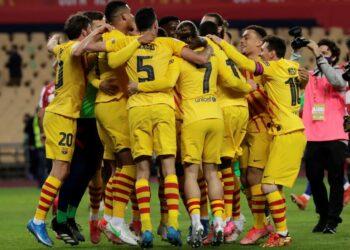 Para pemain Barcelona merayakan keberhasilan menjadi juara Copa Del Rey 2020/2021, setelah mengalahkan Athletic Bilbao, Ahad (18/4).