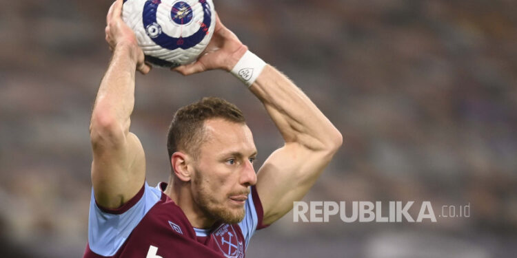 West Ham's Vladimir Coufal takes a throw-in during an English Premier League football match between Wolverhampton Wanderers and West Ham United at Wolverhampton, English, 05 April 2021.