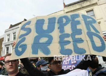 Fan Chelsea menggelar demonstrasi menolak keputusan Chelsea bergabung dengan Liga Super Eropa.