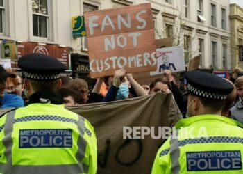 Penggemar Chelsea melakukan protes di luar stadion Stamford Bridge di London, menentang keputusan Chelsea untuk dimasukkan di antara klub yang berusaha membentuk Liga Super Eropa baru, Selasa (20/4).