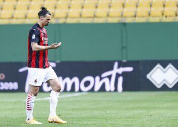 Penyerang AC Milan Zlatan Ibrahimovic meninggalkan lapangan setelah diusir wasit dalam laga kontra Parma.