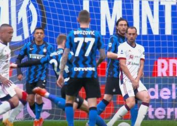Gelandang Inter Milan Eriksen melepaskan tendangan ke gawang Cagliari, dalam laga Serie A Liga Italia, Ahad (11/4).