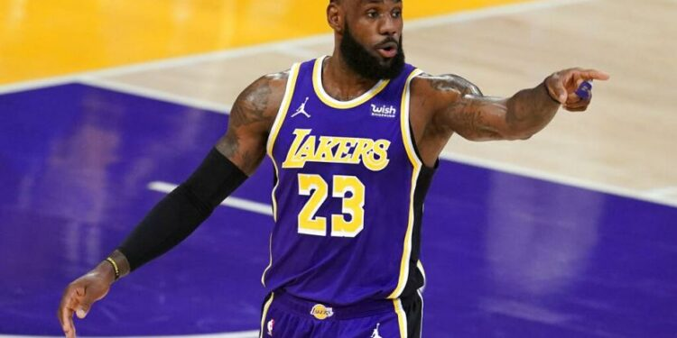 LeBron James mencetak 37 poin, delapan rebound dan enam assist saat Lakers taklukkan Hornets 116-105 di Staples Center, Los Angeles, Jumat (19/3) WIB.
