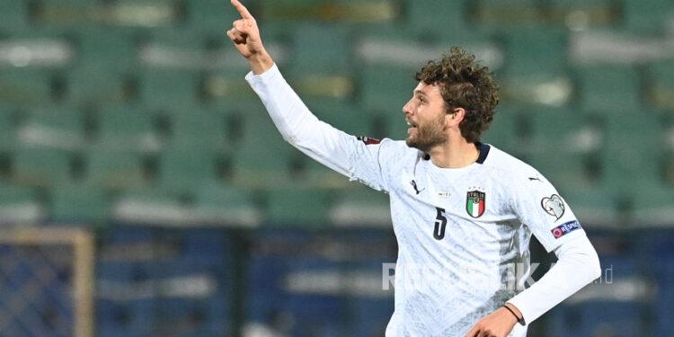 Manuel Locatelli dari Italia merayakan setelah mencetak gol 0-2 selama pertandingan sepak bola kualifikasi Piala Dunia FIFA 2022 antara Bulgaria dan Italia di Sofia, Bulgaria, 28 Maret 2021.