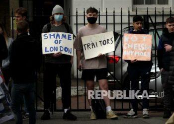Fans Chelsea memprotes di luar stadion Stamford Bridge di London, menentang keputusan Chelsea untuk diikutsertakan di antara klub-klub yang berusaha membentuk Liga Super Eropa baru, Selasa (20/4).