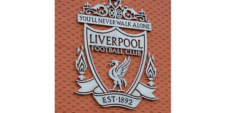 Gol Mohamed Salah antarkan Liverpool unggul sementara. Logo Liverpool di tribun Utama di Stadion Liverpool FC, di Anfield, Inggris.