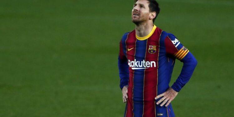 Reaksi pemain Barcelona Lionel Messi usai melewatkan kesempatan mencetak gol dalam pertandingan sepak bola La Liga Spanyol antara FC Barcelona dan Granada di stadion Camp Nou di Barcelona, ??Spanyol, Kamis, 29 April 2021.