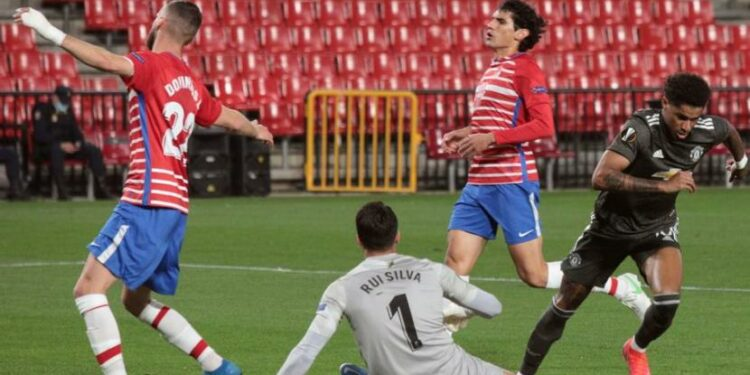Momen saat penyerang Manchester United Marcus Rashford menjebol gawang Granada pada leg pertama perempat final Liga Europa.