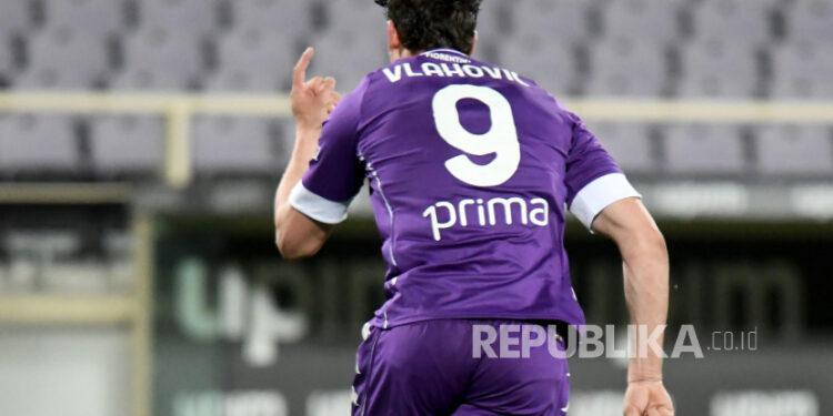 Penyerang Fiorentina Dusan Vlahovic melakukan selebrasi setelah mencetak gol dalam pertandingan sepak bola Serie A Italia antara ACF Fiorentina dan Atalanta BC di stadion Artemio Franchi di Florence, Italia, 11 April 2021.