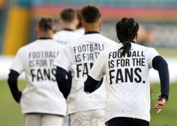 Para pemain Leeds United mengenakan kaus protes anti Liga Super Eropa saat melakukan pemanasan jelang pertandingan sepak bola Liga Primer Inggris antara Leeds United melawan Liverpool di Stadion Elland Road di Leeds, Inggris, Selasa (20/4) dini hari WIB.