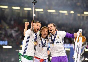 Sergio Ramos, Luka Modric, dan Gareth Bale (kanan) berswafoto saat Real Madrid memenangi trofi Liga Champions.