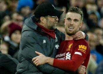 Pelatih Liverpool Juergen Klopp (kiri) memeluk kapten tim Jordan Henderson usai laga melawan Southampton di Liga Inggris.