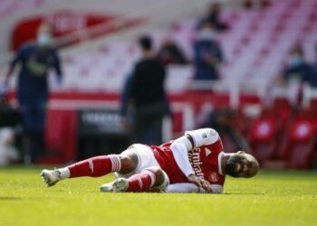 Alexandre Lacazette alami cedera saat Arsenal ditahan Imbang 1-1 di Emirates Stadium, Ahad (18/4).