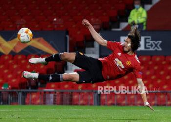 Penyerang Manchester United Edinson Cavani  beraksi saat melawan AS Roma di Old Trafford, Manchester, Jumat (30/4) dini hari WIB.
