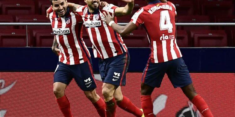 Luis Suarez dari Atletico Madrid, tengah, merayakan bersama rekan satu timnya setelah mencetak gol dalam pertandingan sepak bola La Liga antara Atletico Madrid dan Celta di stadion Wanda Metropolitano di Madrid, Spanyol, Senin, 8 Februari 2021.