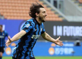 Pemain Inter Milan Matteo Darmian merayakan gol ke gawang Cagliari dalam lanjutan laga Serie A Liga Italia, Ahad (11/4).