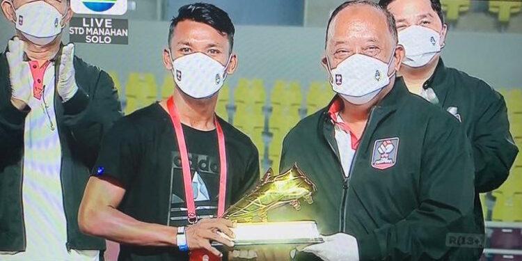 Assanur Rijal Torres saat menerima sepatu emas   Foto tangkap layar