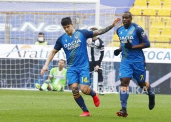 Stefano Okaka (kanan) dari Udinese bergembira dengan rekan setimnya Kevin Bonifazi setelah mencetak gol dalam pertandingan sepak bola Serie A Italia Parma Calcio vs Udinese Calcio di stadion Ennio Tardini di Parma, Italia, 21 Februari 2021.