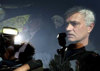 Jose Mourinho meninggalkan tempat latihan Tottenham Hotspur, London, Senin 19 April 2021. Tottenham memecat Jose Mourinho pada hari Senin setelah hanya 17 bulan bertugas, dan saat dia sedang mempersiapkan diri untuk melatih klub di final Piala Liga.
