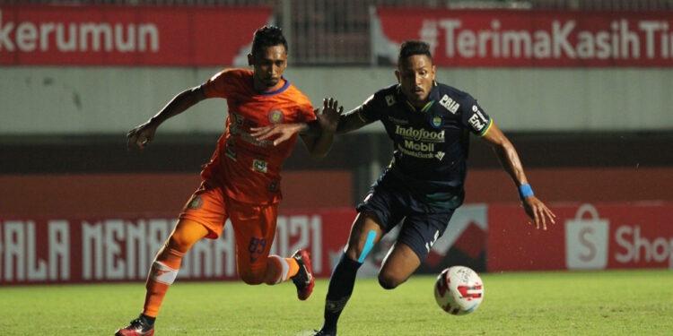 Rahmad mencoba mengimbangi Wander Luiz   Foto via Liga Indonesia
