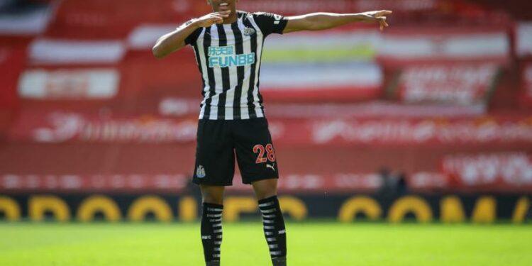 Gelandang Newcastle, Joe Willock merayakan gol ke gawang Liverpool pada laga Liga Primer di Anfield, Sabtu (24/4). Laga berakhir imbang 1-1.