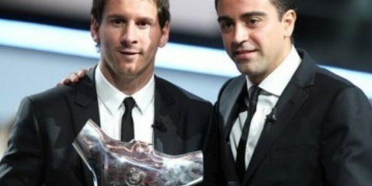 Lionel Messi (kiri) bersama Xavi Hernandez.