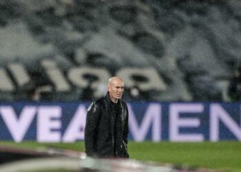 Pelatih kepala Real Madrid Zinedine Zidane menyaksikan pertandingan sepak bola La Liga Spanyol antara Real Madrid melawan Betis di stadion Alfredo di Stefano di Madrid, Spanyol, Sabtu, 24 April 2021.