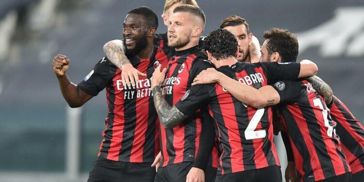 Ante Rebic (tengah) dan rekan-rekannya di AC Milan merayakan kemenangan atas tuan rumah Juventus dalam lanjutan Serie A Liga Italia, Senin (10/5) WIB.