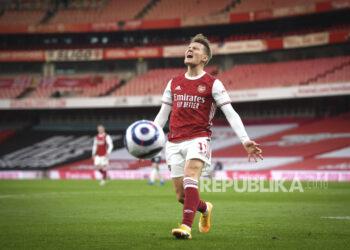 Reaksi Martin Odegaard dari Arsenal setelah kehilangan kesempatan mencetak gol selama pertandingan sepak bola Liga Utama Inggris antara Arsenal dan Manchester City di Stadion Emirates di London, Inggris, Minggu, 21 Februari 2021.