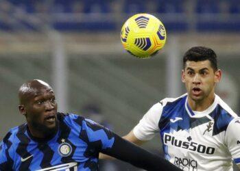Atalanta player Cristian Romero (right).