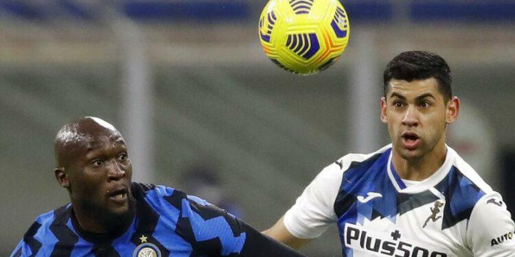 Pemain Atalanta Cristian Romero (kanan).