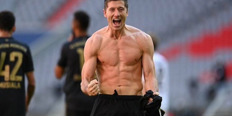 Bayern tutup musim cukur Augsburg, Lewandowski patahkan rekor top skor