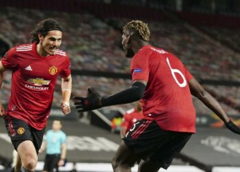 Edinson Cavani dari Manchester United (kiri), saat merayakan gol bersama rekannya, Paul Pogba.