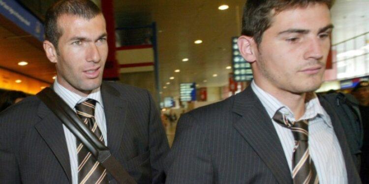 Zinedine Zidane (kiri) bersama Iker Casillas saat masih sama-sama bermain untuk Real Madrid.