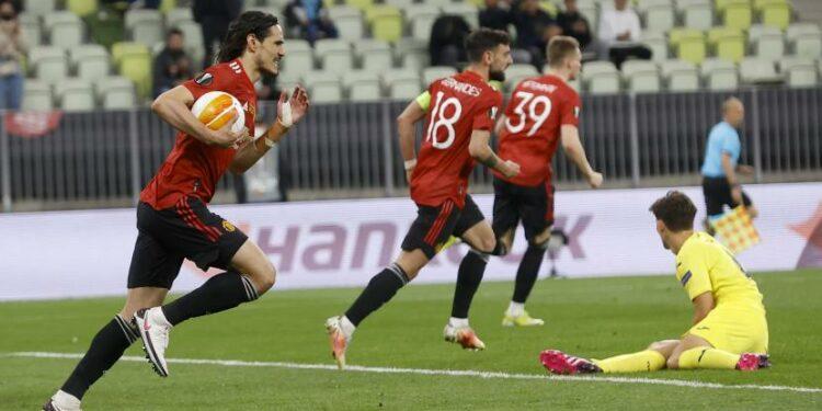 Edinson Cavani membawa bola seusai mencetak gol penyama kedudukan melawan Villareal menjadi 1-1 pada final Liga Europa, Kamis (27/6).